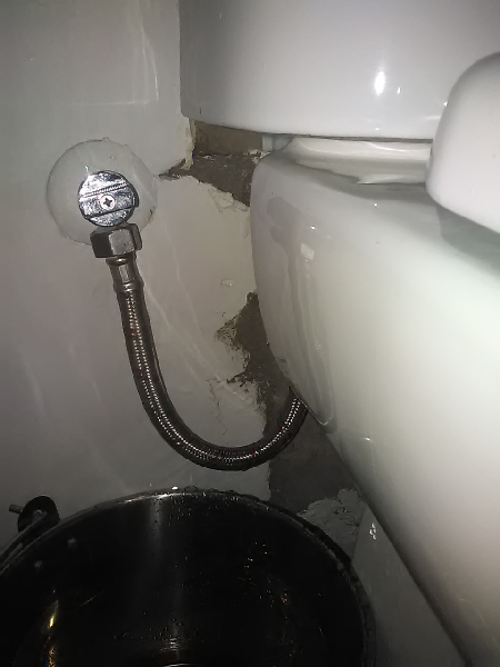 How to deal with leaking plumbing1